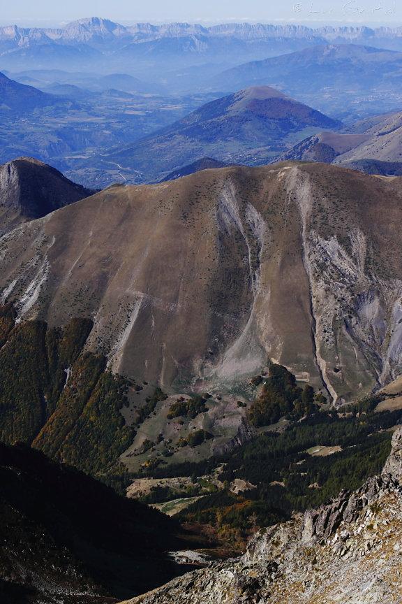 Les doux reliefs du Trièves depuis les cimes abruptes du Valgaudemar